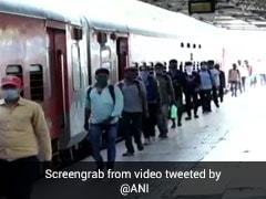 जावेद अख्तर ने मजदूरों से रेल किराया वसूलने की बात पर किया Tweet, बोले- भूख से मर रहे बेरोजगारों को...