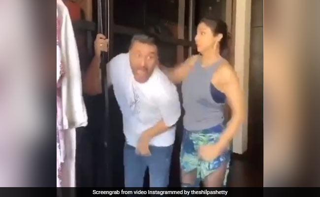 शिल्पा शेट्टी ने नौकरानी को किस करने पर पति की कर दी धुलाई, खूब वायरल हो रहा Video - NDTV Khabar