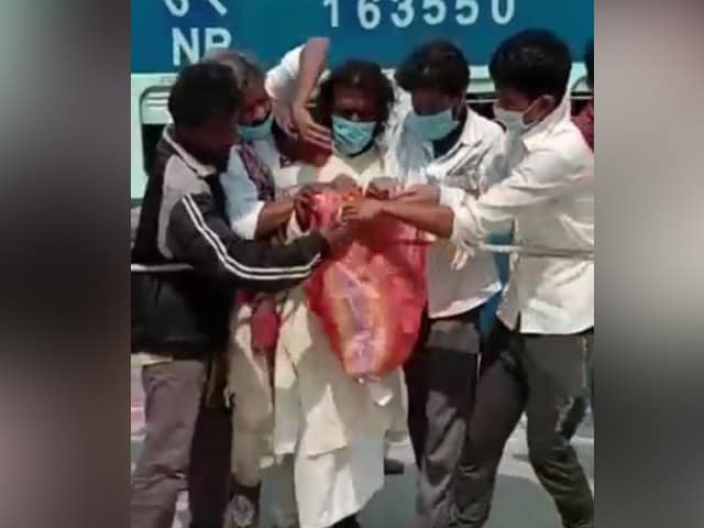 Video : Video Shows Migrants Fighting Over Packet Of Food At Bihar Train Station