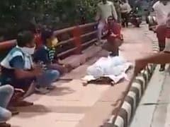 दिल्ली पुलिस ने लॉकडाउन न मानने वालों को इस तरह सिखाया सबक, फूल गए लोगों के हाथ-पांव