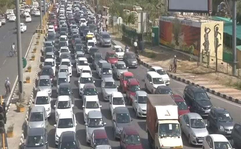 कोरोना के मामले बढ़ने पर दिल्ली-गाजियाबाद बॉर्डर सील, ट्रैफिक जाम में फंसे सैकड़ों लोग