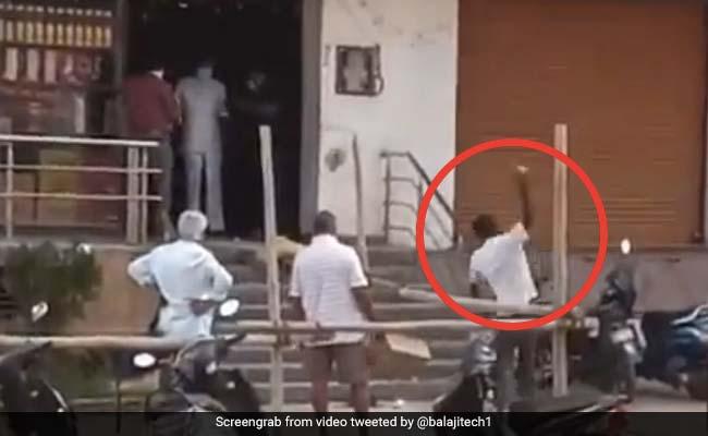 शराब का ठेका खुला तो शख्स ने दुकान के सामने की आरती, सीढ़ियों पर तोड़ा नारियल... देखें Viral Video