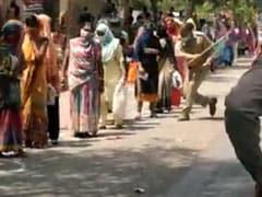 लॉकडाउन के बीच राशन के लिए कतार में लगी महिलाओं को लाठी मारने वाला पुलिसकर्मी निलंबित