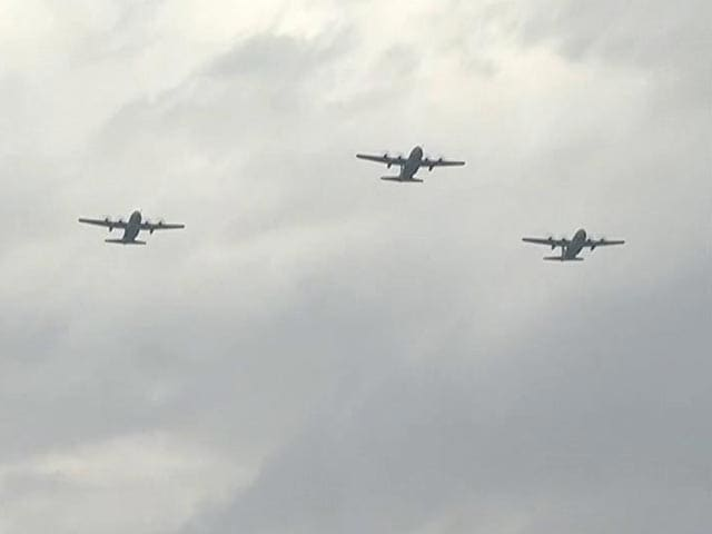 Video : Fly Past, Flower Showers In Armed Forces' Tribute To Corona Warriors Today