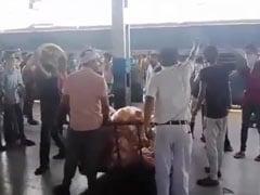 मध्यप्रदेश: श्रमिक स्पेशल ट्रेन से पहुंचे मजदूरों ने खाने के सामान को लेकर की छीनाझपटी, VIDEO वायरल...