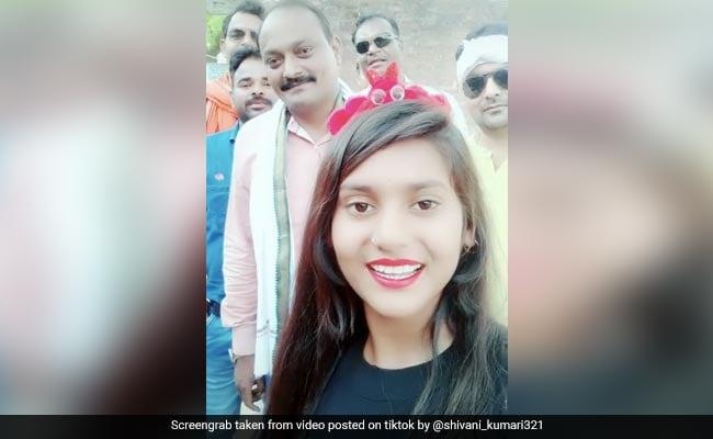 TikTok पर लड़की के हुए 4 मिलियन फॉलोअर्स तो केक लेकर घर पहुंचे बीजेपी नेता, ऐसे मनाया जश्न, देखें Viral Video