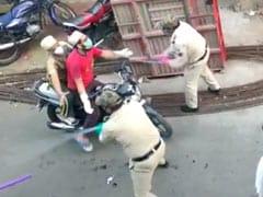 MP Lockdown: इंदौर में पुलिस ने घर से बाहर निकले लोगों को बेदर्दी से पीटा, वाहन तोड़ डाले