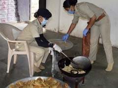 जरूरतमंदों की मदद के लिए किचन में तबदील हुआ ये पुलिस थाना, रोज 8 अफसर बनाते हैं खाना