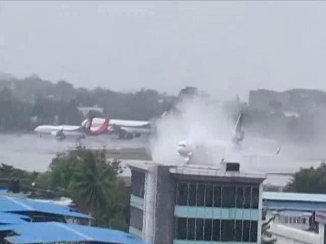 Video : Watch: FedEx Flight Skids Off Runway While Landing At Mumbai Airport