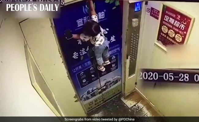 चलती लिफ्ट में दरवाजे में फंस गया बच्ची का बेल्ट, हवा में लटकी रही और फिर... देखें CCTV Video