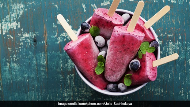 Looking For A Healthy Summer Treat? Try These No-Sugar Jamun Mint Popsicles!