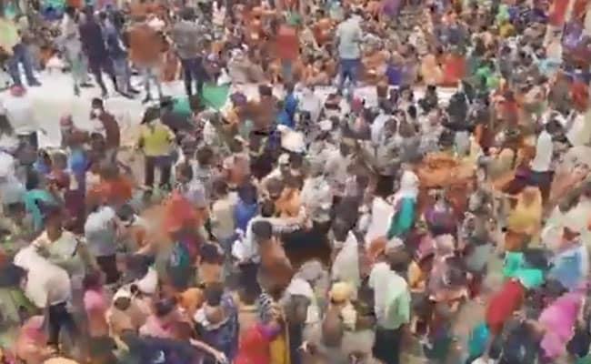 केंद्रीय मंत्री नरेंद्र सिंह तोमर के बर्थडे के कार्यक्रम में सोशल डिस्टेंसिंग का उड़ा मजाक, अनाज के लिए हुई छीनाझपटी