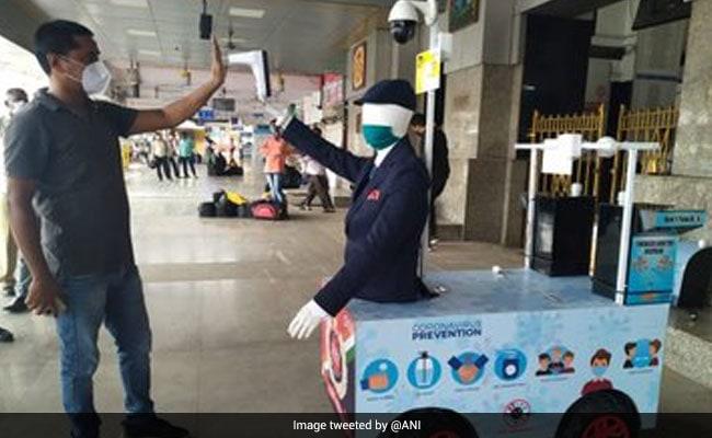 कोरोनावायरस: RPF ने यात्रियों की स्क्रीनिंग के लिये रोबोट तैनात किया