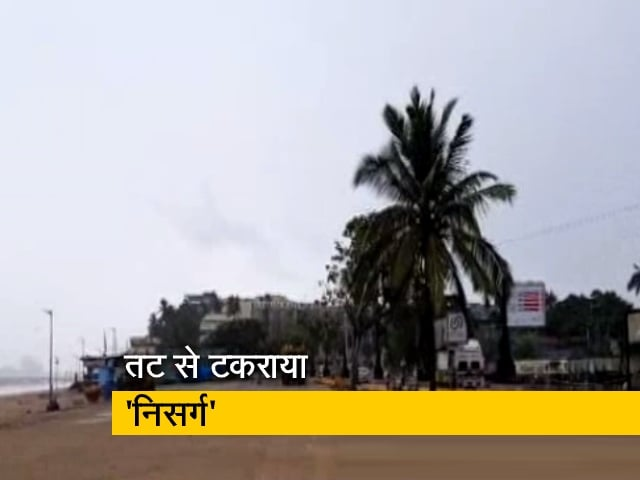 Videos : मुंबई: टकराया 'निसर्ग', कुछ जगहों पर पेड़ उखड़कर सड़क पर गिरे