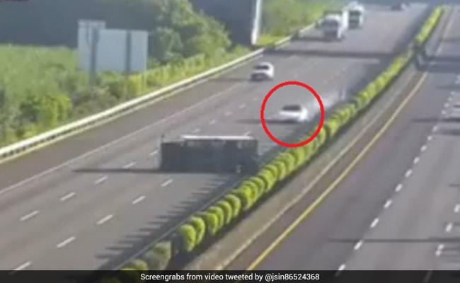 बिना ड्राइवर के तेज रफ्तार में हाईवे पर दौड़ी कार, ट्रक में ऐसे आ घुसी... देखें CCTV Video