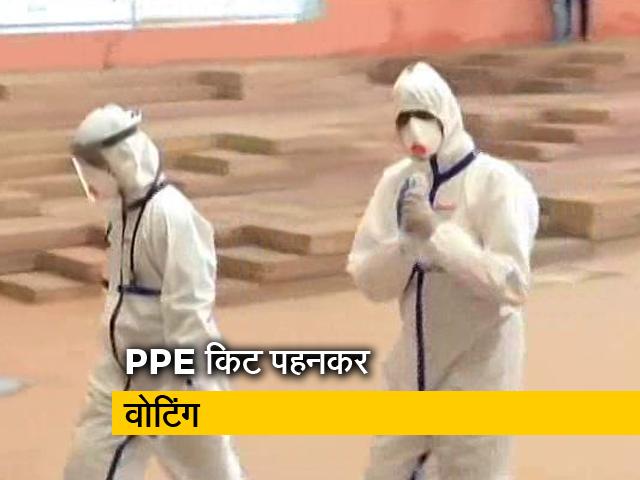 Videos : कोरोना से संक्रमित कांग्रेस विधायक ने PPE किट पहनकर लिया मतदान में हिस्सा