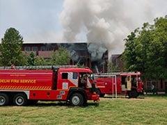 दिल्ली के रामलाल आनंद कॉलेज की इमारत में लगी आग पर दमकल की 4 गाड़ियों ने पाया काबू