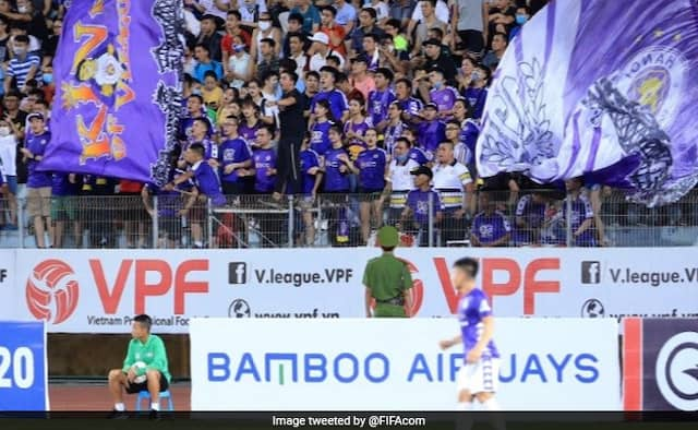 Vietnam league restarts with packed crowds as coronavirus without social distancing