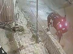 दिल्ली में बेख़ौफ़ बदमाशों ने 11 राउंड फायरिंग की, CCTV में कैद हुई वारदात