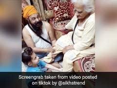 दादी के पैर दबा रहा था पोता, जैसे ही बाहर निकाले नकली दांत तो बच्चे ने किया ऐसा... देखें TikTok Viral Video