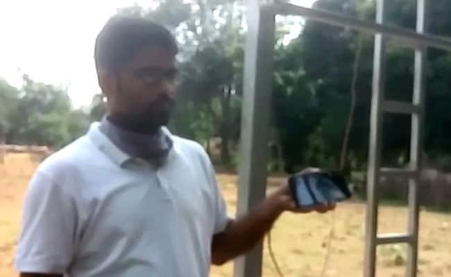 कोरोना : बच्चों के पास नहीं थे स्मार्टफोन तो सरकारी स्कूल के टीचरों ने निकाला पढ़ाने का अनोखा तरीका, चालू की 'लाउडस्पीकर क्लास'