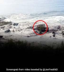 अचानक समुद्र के ऊपर तैरने लगा घर, पलक झपकते ही ऐसे उजड़ गई पूरी बस्ती, वायरल हुआ Video