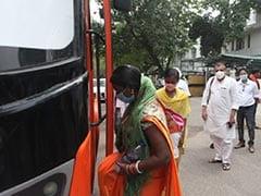 आम आदमी पार्टी के सांसद संजय सिंह 33 मजदूरों को हवाई जहाज से दिल्ली से पटना ले गए