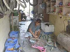 मनरेगा में ऐसा काम दिया कि मजदूर खुद छोड़कर भाग जाएं, टीचर ने खोली पंक्चर मरम्मत की दुकान