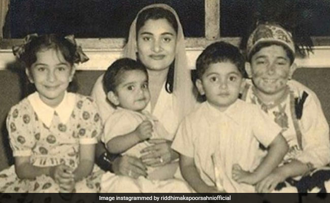 Rishi Kapoor With Mom Krishna And Siblings In This Rare Pic