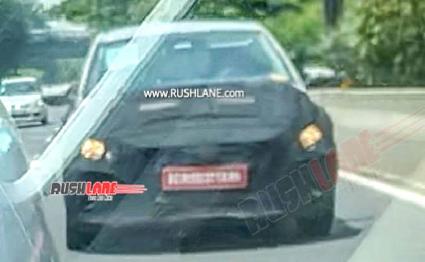 The test mule of the upcoming Hyundai i20 is equipped with halogen units, instead of LEDs