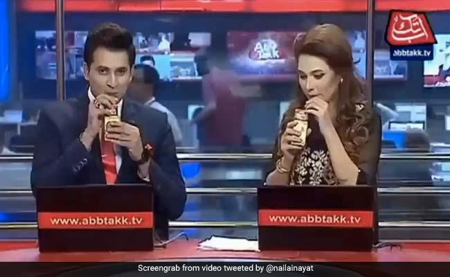 पाकिस्तान में Live TV पर एंकर न्यूज़ पढ़ने की बजाय बेचने लगे जूस, भारतीय बोले- 'बस, यही करो' - देखें Video