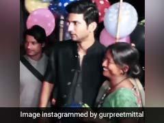Sushant Singh Rajput: जब सुशांत ने गुब्बारे बेचने वाली महिला के साथ खिंचवाई Photo, वायरल हुआ Video