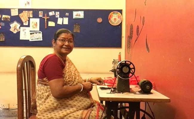 दिल्ली : मां-बेटे की जोड़ी गरीबों के लिए बना रही मास्क, मुहिम को दिया 'पिक वन, स्टे सेफ' नाम