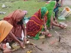 অন্ধভক্তির নমুনা :গঙ্গাস্নান সেরে ভক্তিভরে 'করোনা মা' এর পুজো করলেন মহিলারা