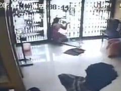शीशे के बंद दरवाजे से हुई जोरदार टक्कर, पेट में किरचें चुभने से हुई महिला की मौत