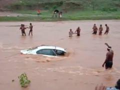 बाढ़ से उफनती नदी में बही कार, दूल्हा-दुल्हन सहित 5 को गांववालों ने जान पर खेलकर बचाया, देखें VIDEO