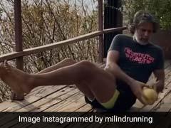 मिलिंद सोमन ने पहले खरबूजे के साथ की कसरत, और फिर काट कर खा गए...देखें Video