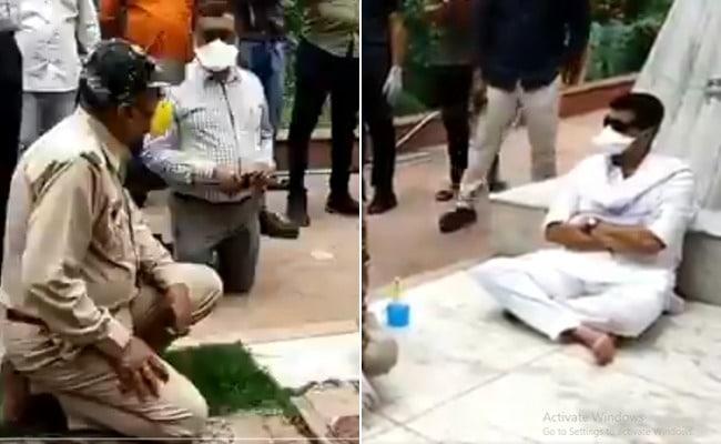 कांग्रेस नेता के सामने घुटने टेकने वाले अधिकारियों का हुआ तबादला,  ये VIDEO हुआ था वायरल
