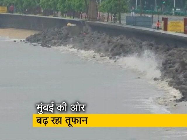 Videos : मुंबई: तूफान की चेतावनी के बाद लोग घरों में कैद
