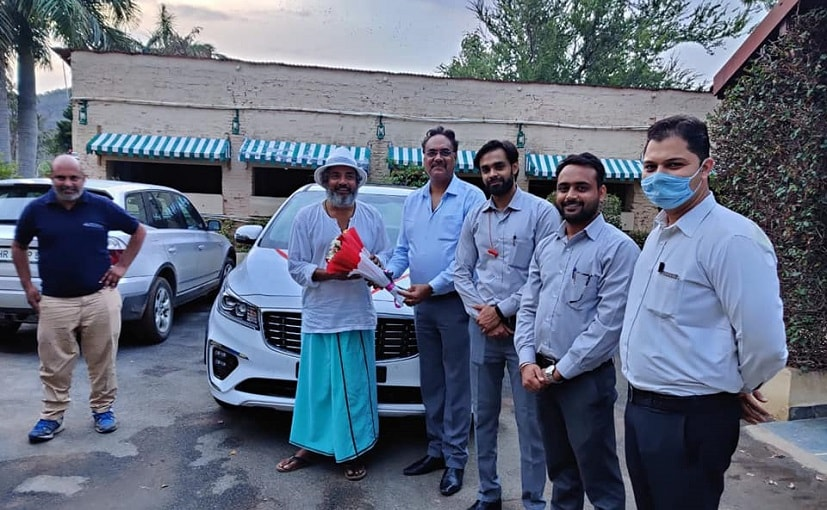 Cricketer-Actor Ajay Jadeja with the Kia Team taking delivery of the Carnival MPV