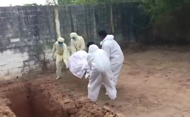 पुडुचेरी : सरकारी कर्मचारियों ने गड्ढे में फेंका COVID-19 पॉज़िटिव मरीज का शव, VIDEO सामने आने के बाद फूटा आक्रोश