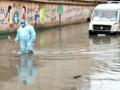 यूपी के कई शहरों में भारी बारिश, सड़कों पर जलजमाव से जूझ रहे हैं कोरोना वॉरियर्स