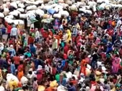 यूपी के स्टेशन पर मजदूरों की भीड़ में सोशल डिस्टेंसिंग रही नदारद, सांसद बोले, 'ऐसा हो सकता है'