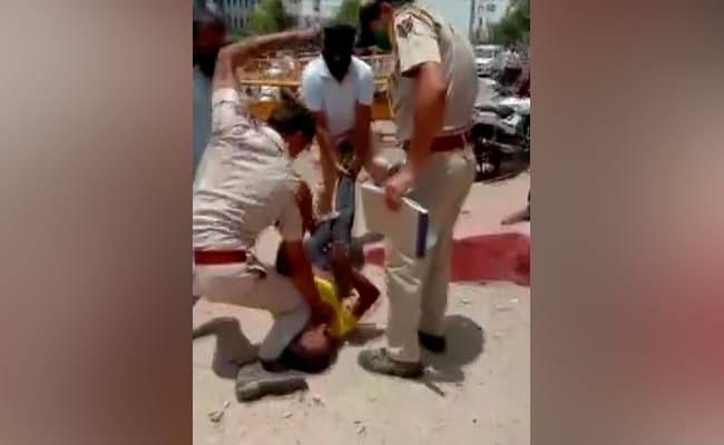 VIDEO: मॉस्क नहीं पहनने पर पुलिसकर्मी ने शख्स को बुरी तरह पीटा, सोशल मीडिया पर लोगों ने जॉर्ज फ्लायड केस से की तुलना..