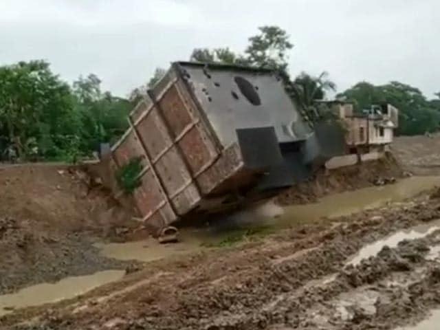VIDEO: देखते ही देखते भरभरा कर नहर में गिर गई 3 मंजिला निर्माणाधीन इमारत