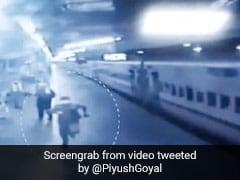 ट्रेन में दो दिन से भूखी थी बच्ची, पुलिसवाले ने ट्रेन के पीछे दौड़कर पिलाया दूध, रेल मंत्री बोले- 'उसैन बोल्ट को पछाड़ा...' - देखें Video
