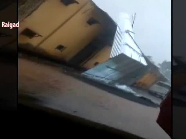 Video : Watch: Tin Roof Of Building Blown Away In Raigad As Cyclone Nisarga Brings 100 KMPH Winds