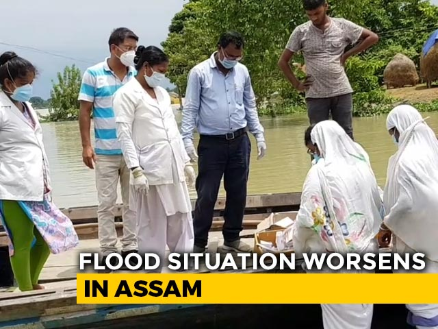 """Video : Assam Health Workers """"Borrow"""" Boats To Reach To Flood-Victims Amid COVID"""