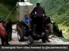 केदारनाथ में सामान पहुंचाने के लिए शख्स ने सीढ़ियों पर चढ़ा दिया ट्रैक्टर, देखते रह गए लोग... देखें Video
