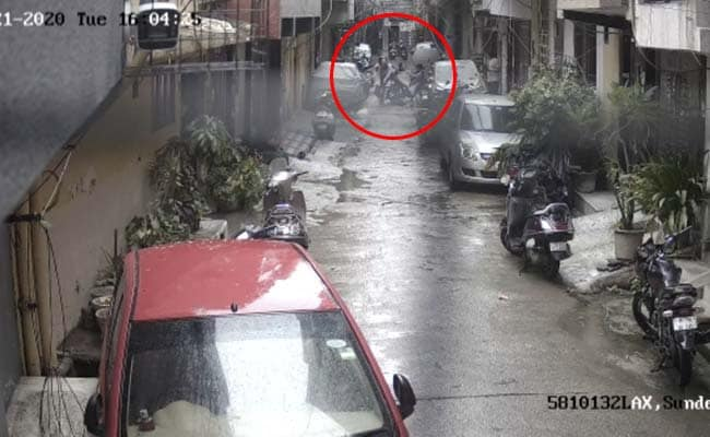 घर के बाहर खेल रही 4 साल की बच्ची को किडनैपर्स के चंगुल से मां ने बचाया - देखें CCTV फुटेज